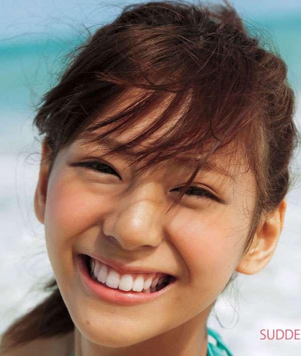 美人の笑顔ください