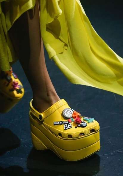 クロックスが高級ブランド「バレンシアガ」とコラボした結果…厚底サンダルになった! モデルがランウェイを闊歩