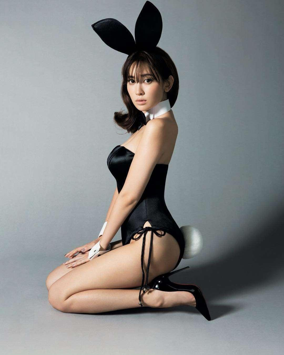 小嶋陽菜、セクシーバニーガールのコスプレを披露!「ヤバすぎる!」とファン興奮