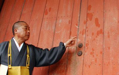 寺社に油事件、宗教団体幹部に逮捕状…「お清め」と証言