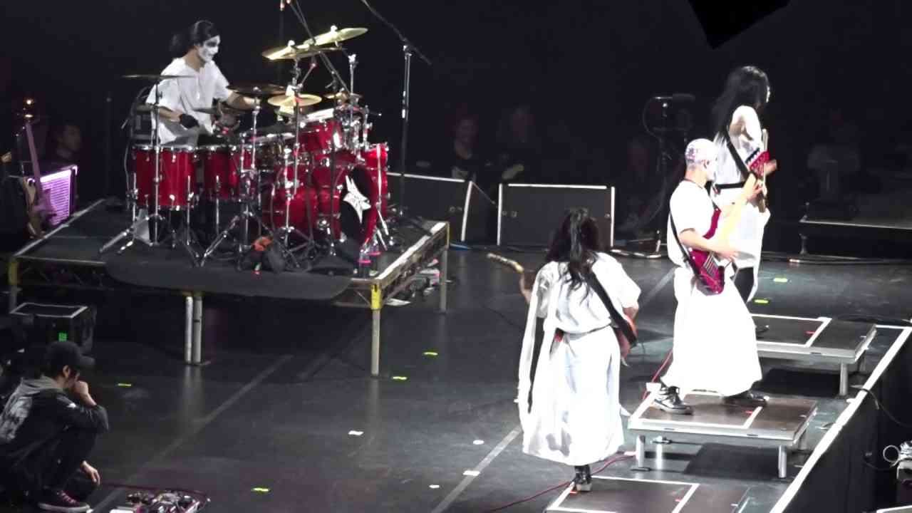 Babymetal - Birmingham Sunday Dec. 11, 2016 - Kami band solos on Catch me if you can - YouTube