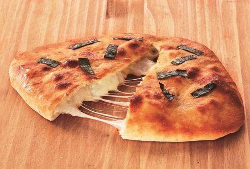 「おにぎりせんべい」とピザがコラボ!見た目は巨大せんべい、割るとチーズがとろーり