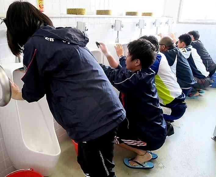 生徒が素手で便器を洗い、大臣が便器の水を飲む…これが美談として扱われるのはおかしい