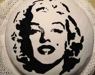 """プロに注文した""""マリリン・モンロー""""ケーキ、仕上がりに愕然(英)"""
