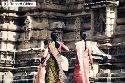 【衝撃】インド女性が裸で市内を引き回され、夫を含む10人に集団レイプされる