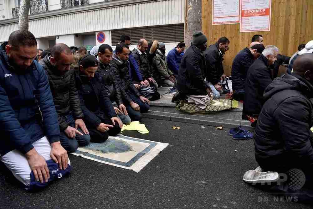 道路上でイスラム礼拝、当局が阻止へ 仏パリ郊外 写真1枚 国際ニュース:AFPBB News