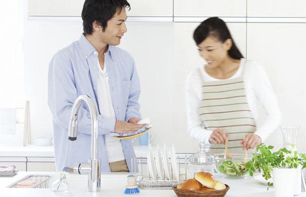 夫の約7割が妻の「家事ハラ」を経験!?食器洗い「やり方違う」とダメだし