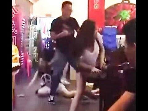 中国 リンチされた娘を見た父親 - YouTube