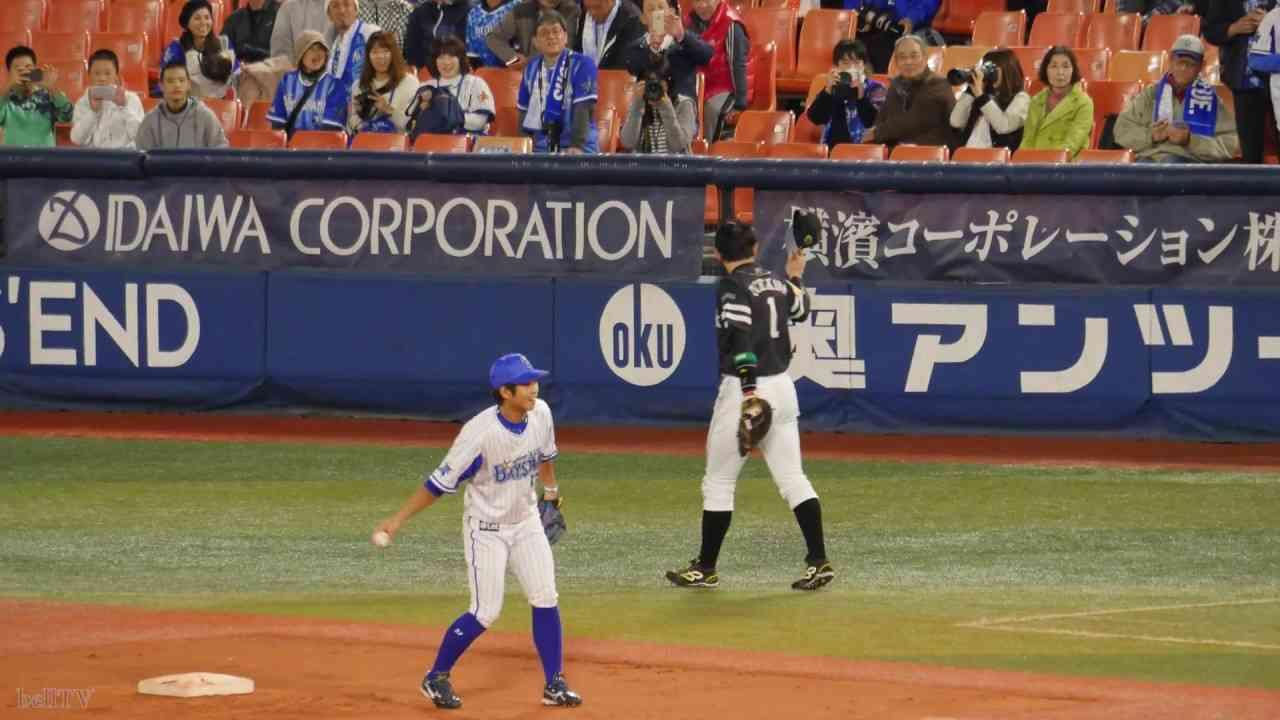 2017.10.31 日本シリーズ第3戦 内川聖一がベイスターズファンから拍手で迎えられる - YouTube