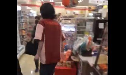 【動画】セブン店員「温めますか?」客「うん」店員「お願いしますとか普通言うだろが!」ブチ切れるも撮影されてると知ると逃走…なんだこれ:ハムスター速報