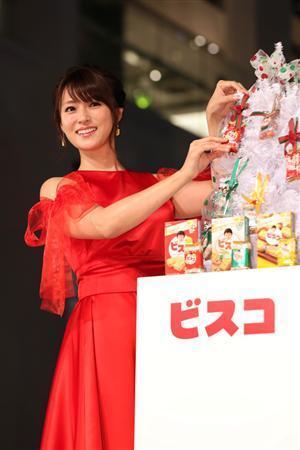 深田恭子 真っ赤なドレスでホワイトツリー点灯…イブは父親と買い物に