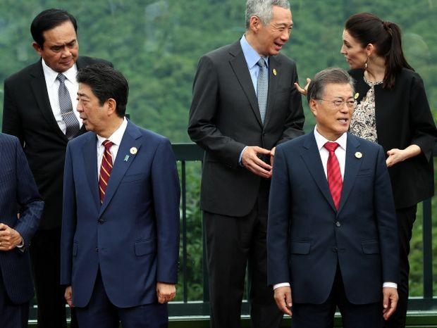 韓国人「文在寅、APECで誰からも話しかけられない事態に陥る」 : カイカイ反応通信