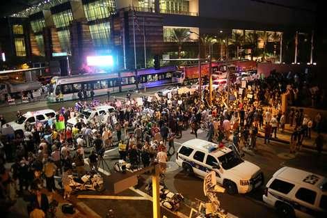 「反トランプ」デモ隊が投石攻撃 警察が催涙スプレーで対応 | ワールド | 最新記事 | ニューズウィーク日本版 オフィシャルサイト