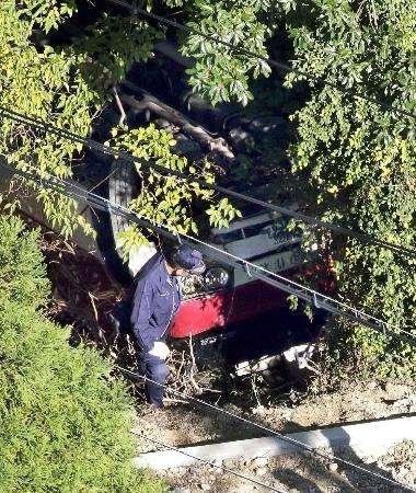 大阪で18人乗りのマイクロバスが崖から転落 負傷者が多数いる模様