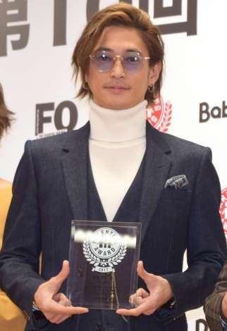 窪塚洋介、パパ賞に照れ笑顔「愛のフォーメーションを楽しんでいます」
