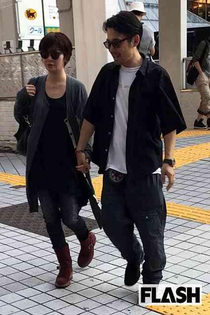 岡田義徳と田畑智子 しっかりと手を繋ぐ「新宿デート」を発見撮