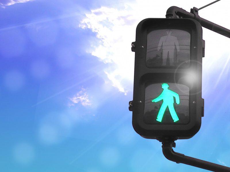 どうすればよいのか…青信号に従って横断の男児がはねられ重傷、運転の79歳を逮捕