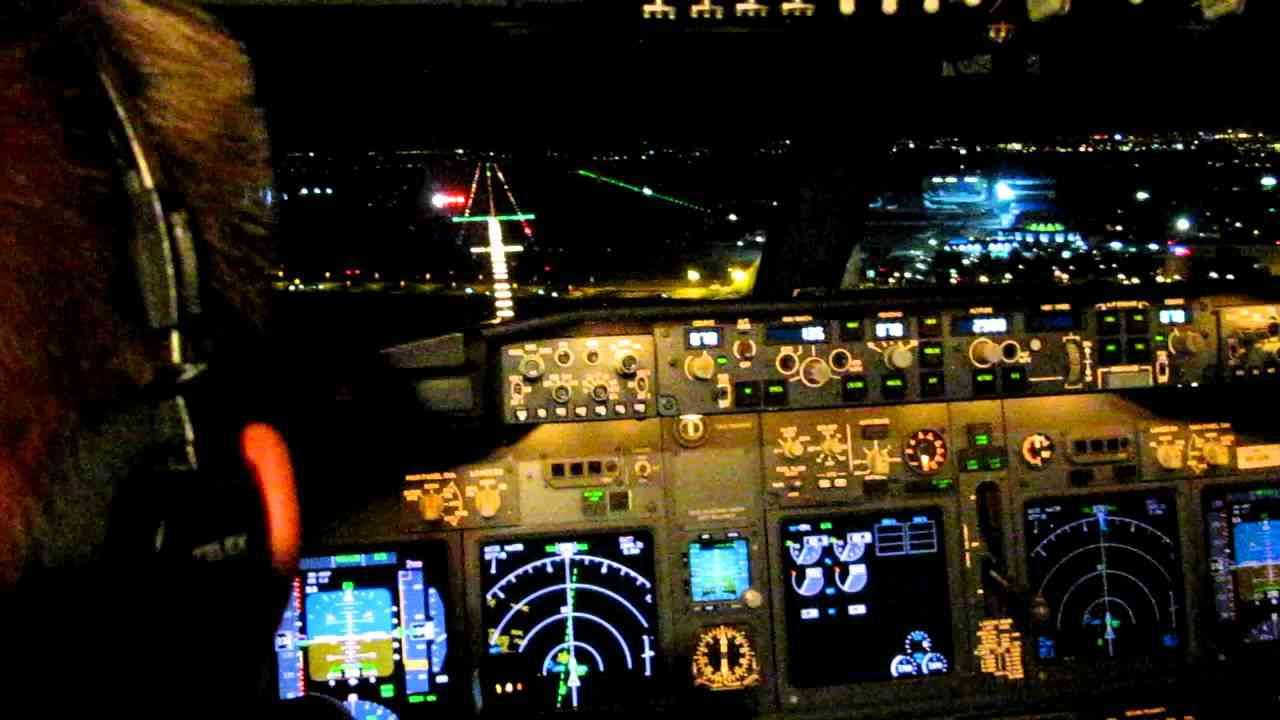 Cockpit view of night landing rwy 07 BBU 737-800 - YouTube