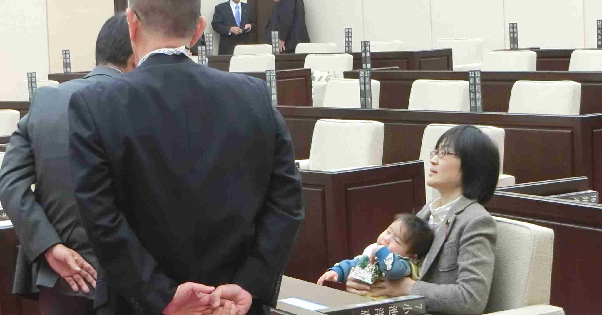 著名人らによる「#子連れ会議OK」の輪が広がる 熊本市議の子連れ出席をうけ