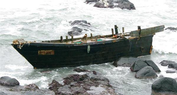 山形の海岸に謎の漂着船 船体にハングル文字 - 産経ニュース