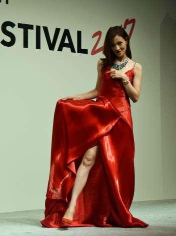 黒木メイサ、真っ赤なドレスで美脚を披露 報道陣のお願いに堂々チラリ | ORICON NEWS