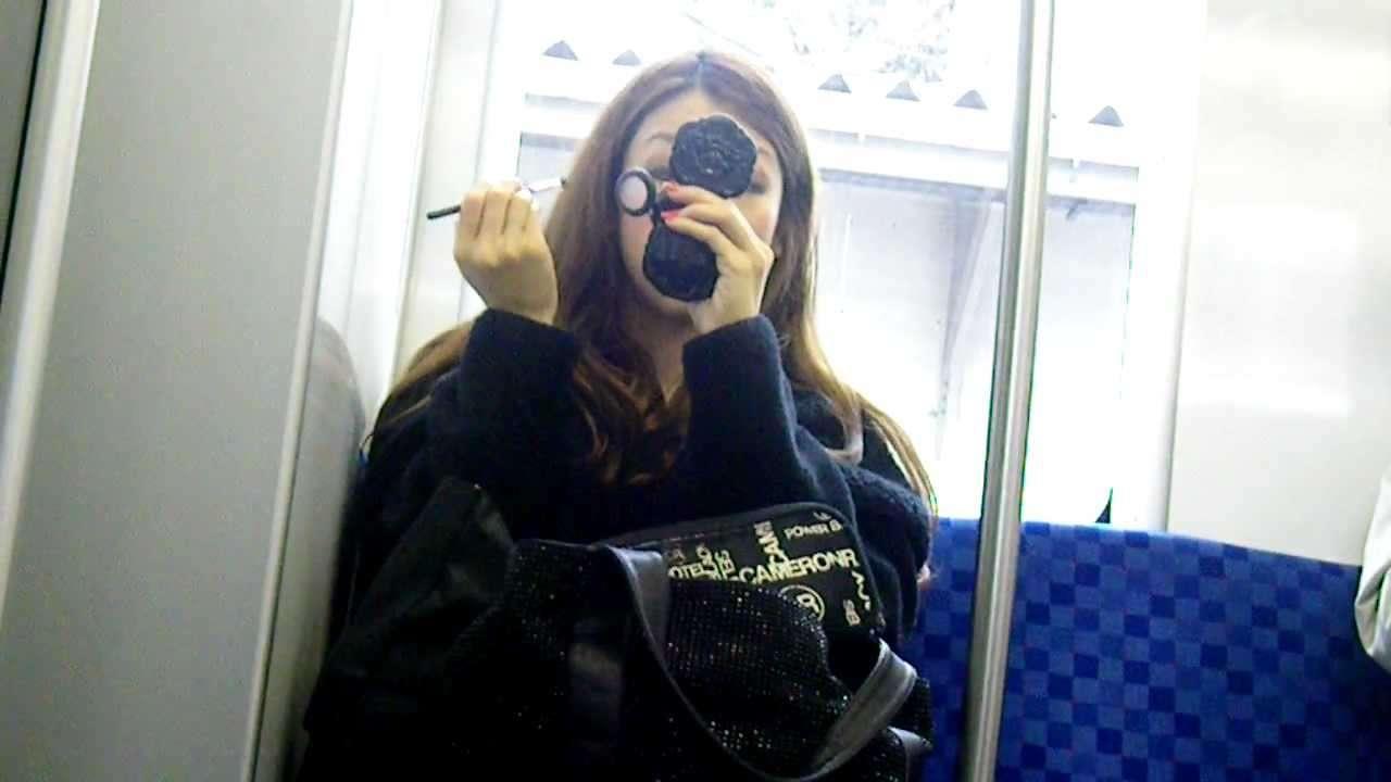 電車内で化粧する女 西武新宿線 - YouTube