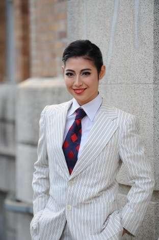 瀧本美織主演、昭和の歌姫・越路吹雪の人生をドラマ化 ヅカメイクで男装姿も披露 | ORICON NEWS