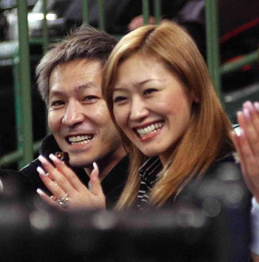 「僕、セレクトです」 小室哲哉、結婚記念日に妻・KEIKOの金髪&ノーメイク写真を公開