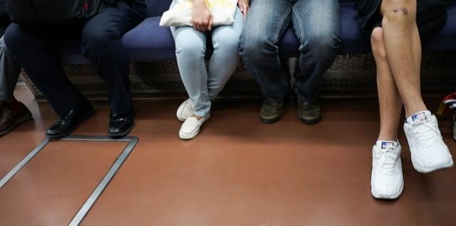 電車での化粧、9割が目撃 「みっともない」から「特に問題なし」まで意見多数 : J-CASTトレンド