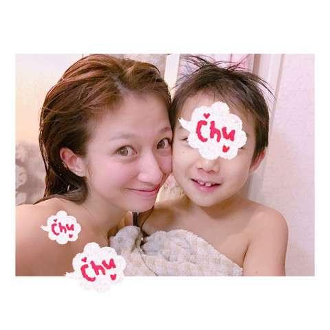 """辻希美、ブログでヘアケア商品をアピールするも""""自撮り写真の違和感""""が話題に"""