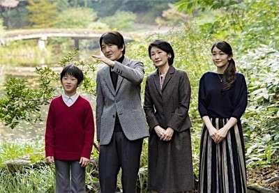 ご家族と散策される秋篠宮さま (時事通信) - Yahoo!ニュース