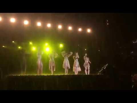 Flower 藤井萩花 曲終了後ステージから落ちる - YouTube