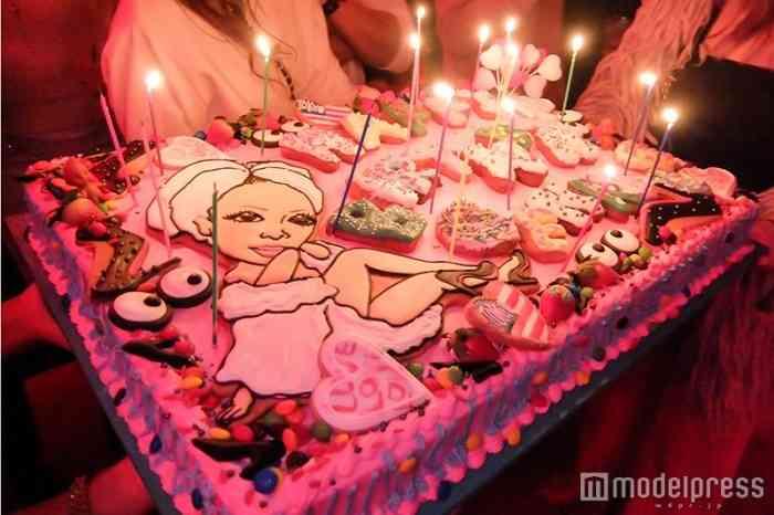 """GENKING、豪華な誕生パーティ開催 60万オーダードレスで""""プリンセス""""&100人分の特大ケーキも登場<誕生会の様子>"""