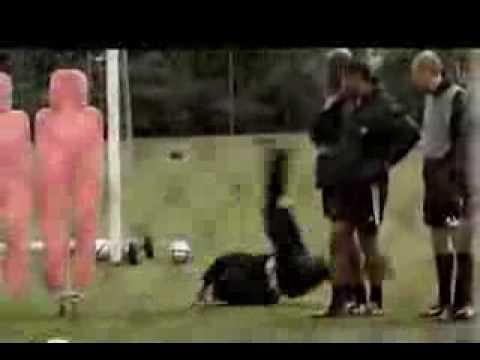 わざとこける練習をしているサッカー選手 - YouTube