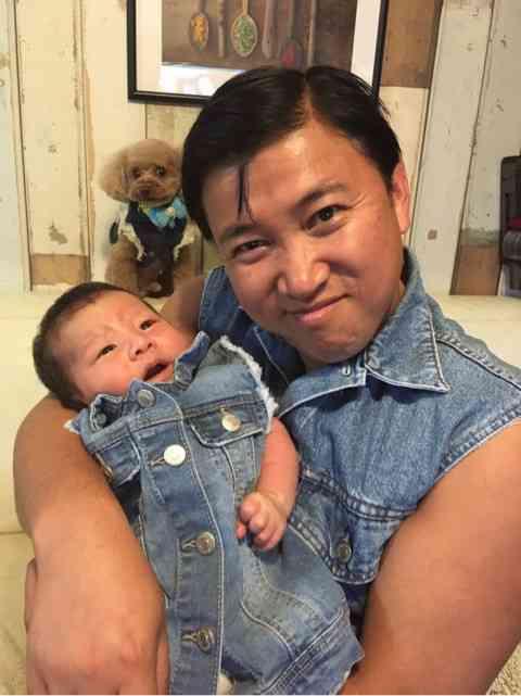 スギちゃん、生後1カ月長男に早くもGジャンを…「ワイルドファミリーだぜぇ」