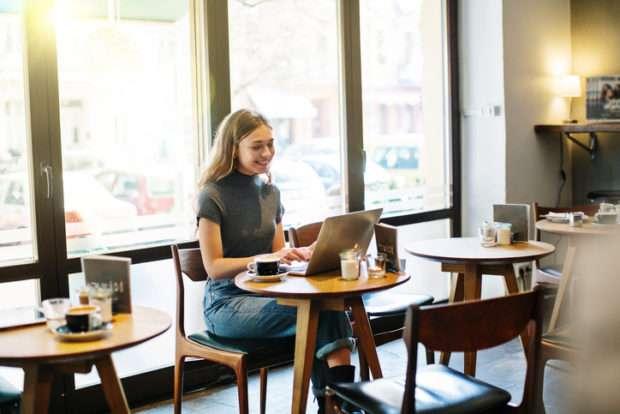 """カフェにいる一人女子を""""生態調査""""!実は「何もしていない」多数!?"""