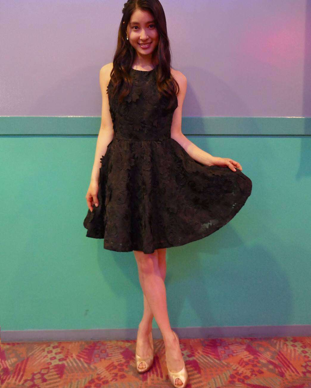 土屋太鳳、背中&美脚あらわな黒ミニドレス姿に「美しすぎる」の声 衣装への熱いこだわりも