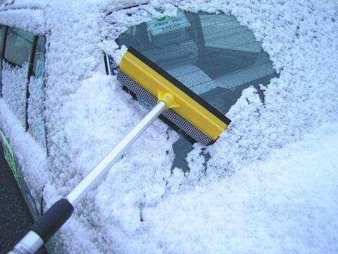 表面が凍った車のフロントガラスにお湯を…寒さで窓くもり男性はねる