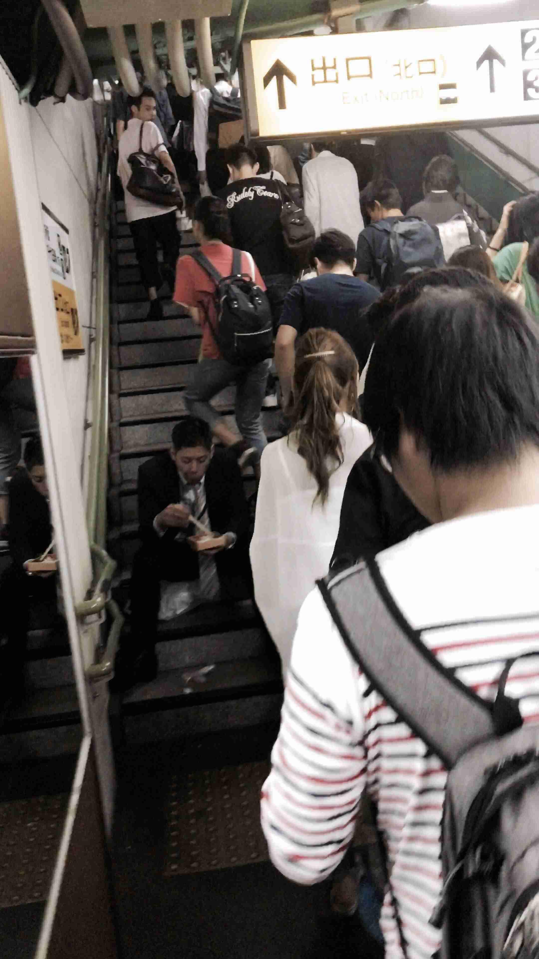 「駅と電車内の迷惑行為ランキング」発表 2位は「座席の座り方」、1位は9年連続で…