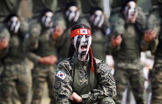 痛いニュース(ノ∀`) : 【画像】 北朝鮮の金正恩抹殺を誓う「斬首部隊」の女性兵士をご覧ください - ライブドアブログ