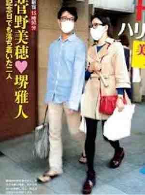 """西島秀俊、公園で家族サービス!「3歩下がって」歩く妻はやっぱり元""""プロ彼女"""""""