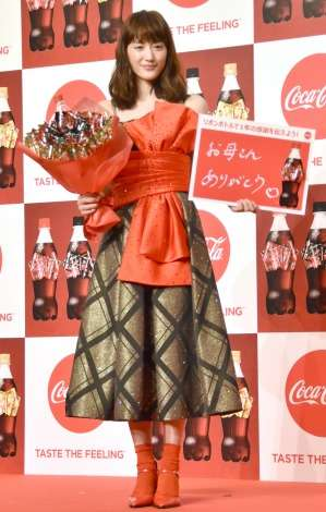 綾瀬はるか、華やかなドレス姿で登場 クリスマスの予定は「お仕事」