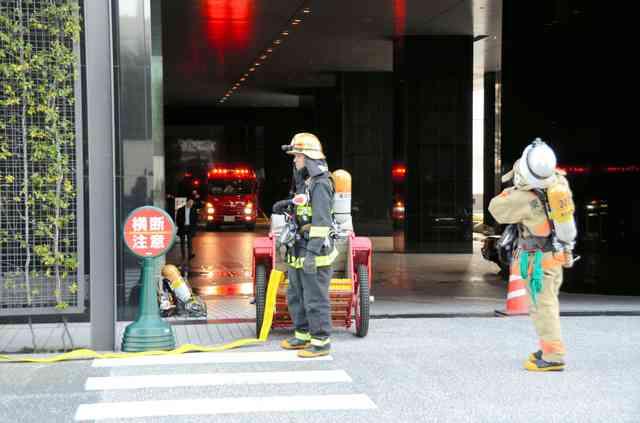 日経新聞東京本社ビルで白煙、1人意識不明で搬送