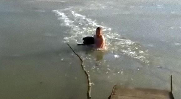 凍った池でおぼれている犬を発見した男性、迷わず飛び込み氷をかき分けながら犬の救出に成功(ロシア) : カラパイア