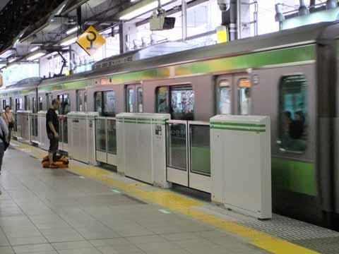 JR恵比寿駅ホーム、酔って転落の男性を70代が救助