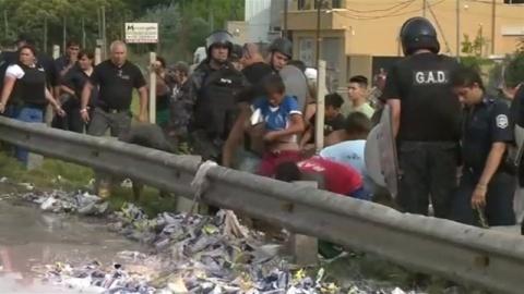 アルゼンチンでトラック横転、大勢が積み荷盗む(TBS系(JNN)) - Yahoo!ニュース