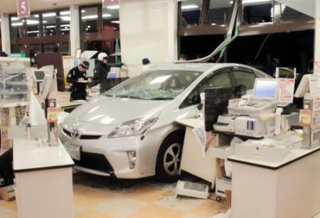 「ブレーキとアクセルを踏み間違えた」スーパーに車突っ込む 4人けが