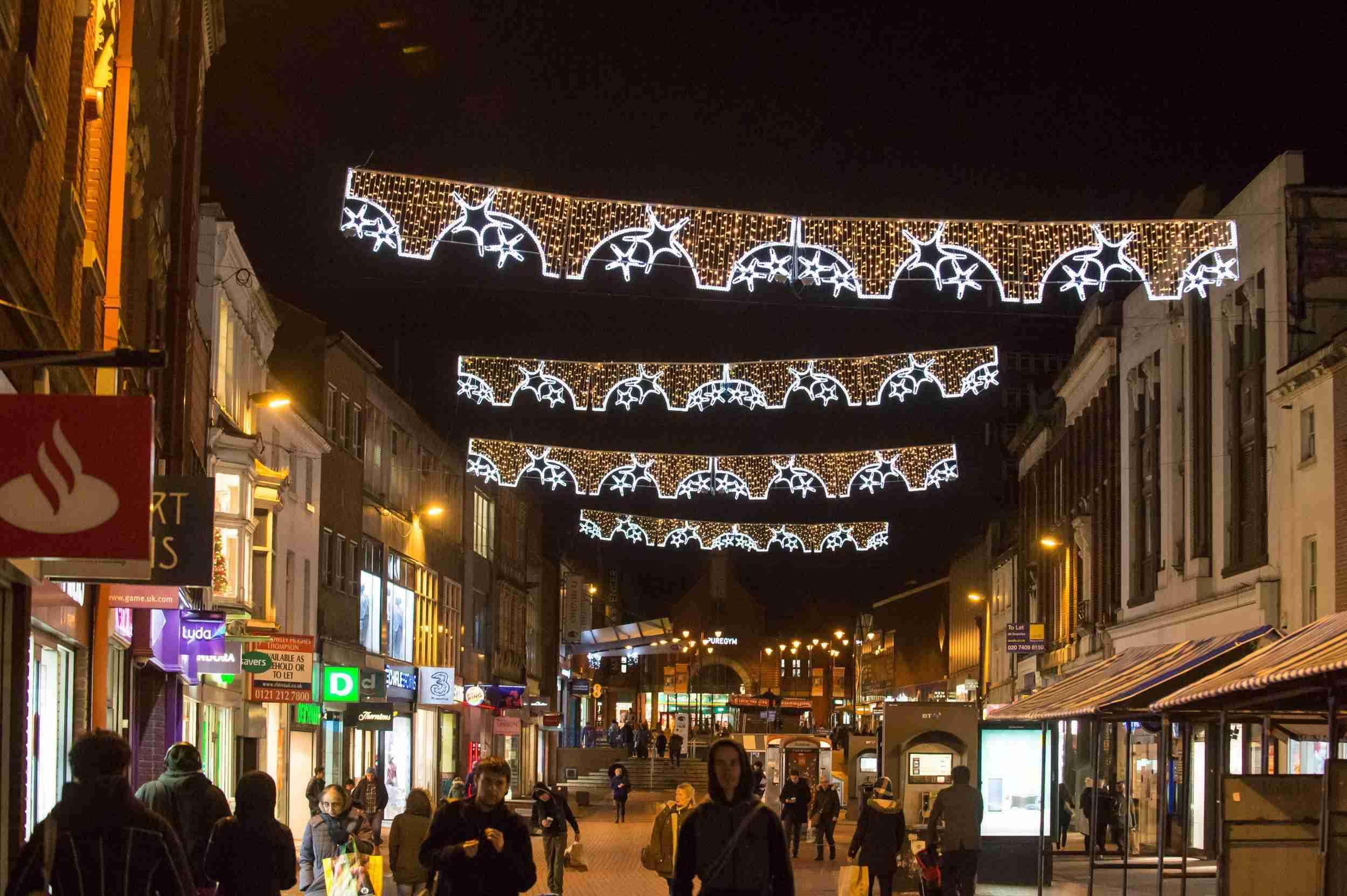 イギリスのクリスマスイルミネーションに苦情殺到「まるでパンツ」