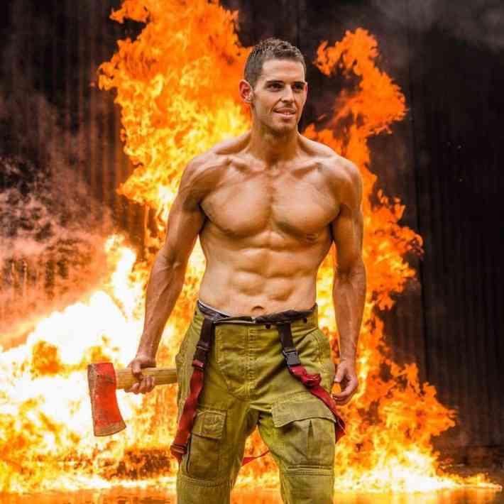 体重154キロの元ポッチャリ君がイケメン消防士としてカレンダーに登場!