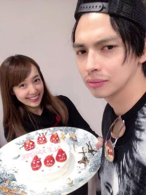 """川崎希、夫・アレクサンダーを祝福 """"インスタ映え""""ケーキを手作り"""